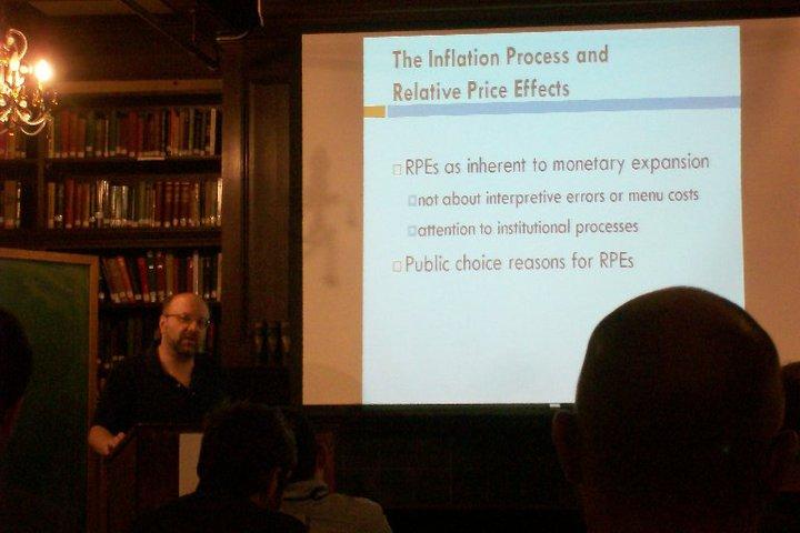 El profesor Horwitz hablando sobre inflación y precios relativos. Foto tomada con mi cámara.